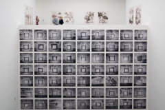 Blick auf zwei Werkgruppen von Sinje Dillenkofer