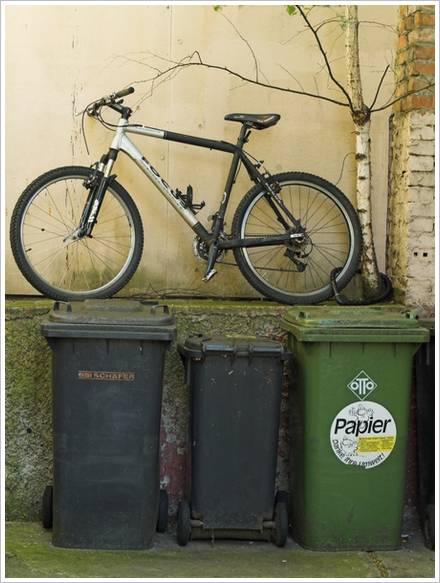 Mülleimer mit Fahrrad