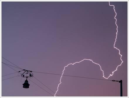 Blitz über der Straße