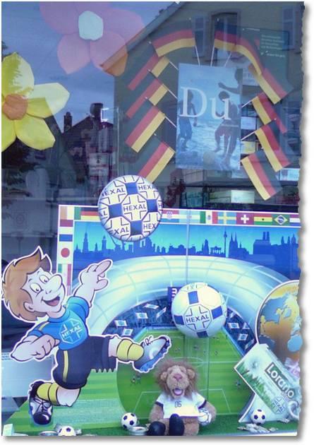 zum Foto von der WM-Apotheken-Deko