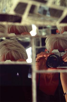 Maria Krause, Spiegelporträt mit Kamera