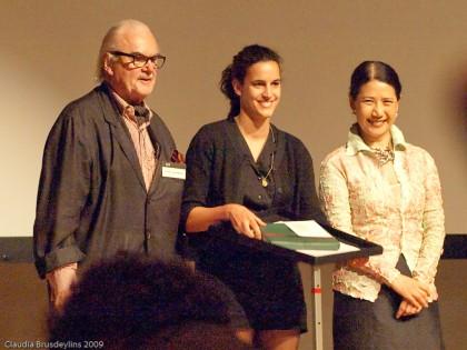 F. C. Gundlach und eine mir unbekannte Fotografin (re.) übergeben einen der Förderpreise an Anja Schori (Mitte)