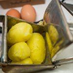 ... gepellte Kartoffeln in die Presse ...